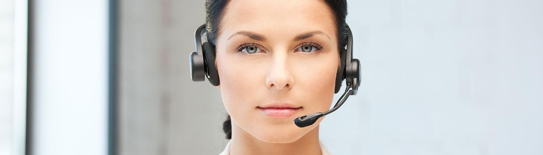 Kvinde med headset kiggende på brugeren