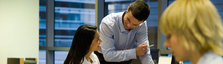 Kollegaere der arbejder sammen på kontoret